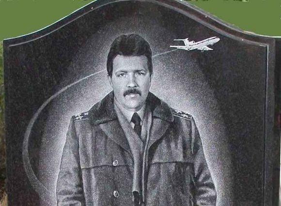 выгравированный портрет на гранитном памятнике