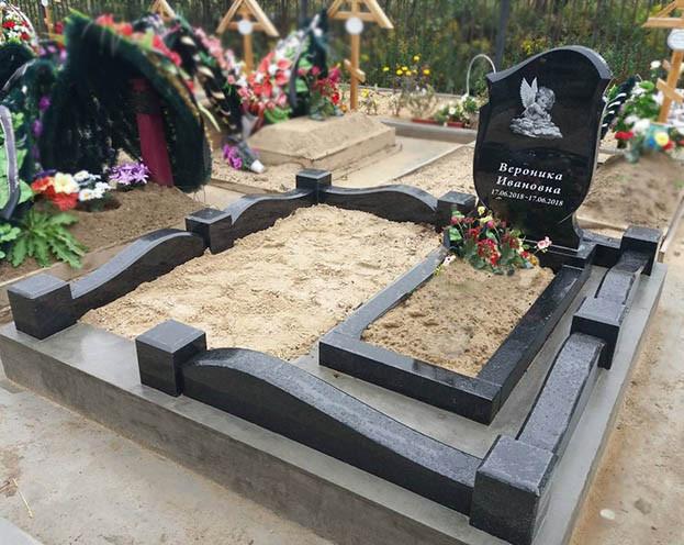 Памятник с ангелочком на могиле ребенка
