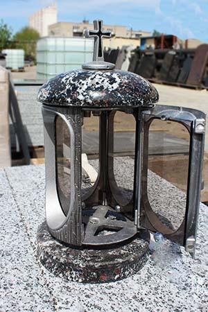 Лампада на могилу из гранатового амфиболита