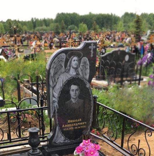 Памятник с ангелом для могилы