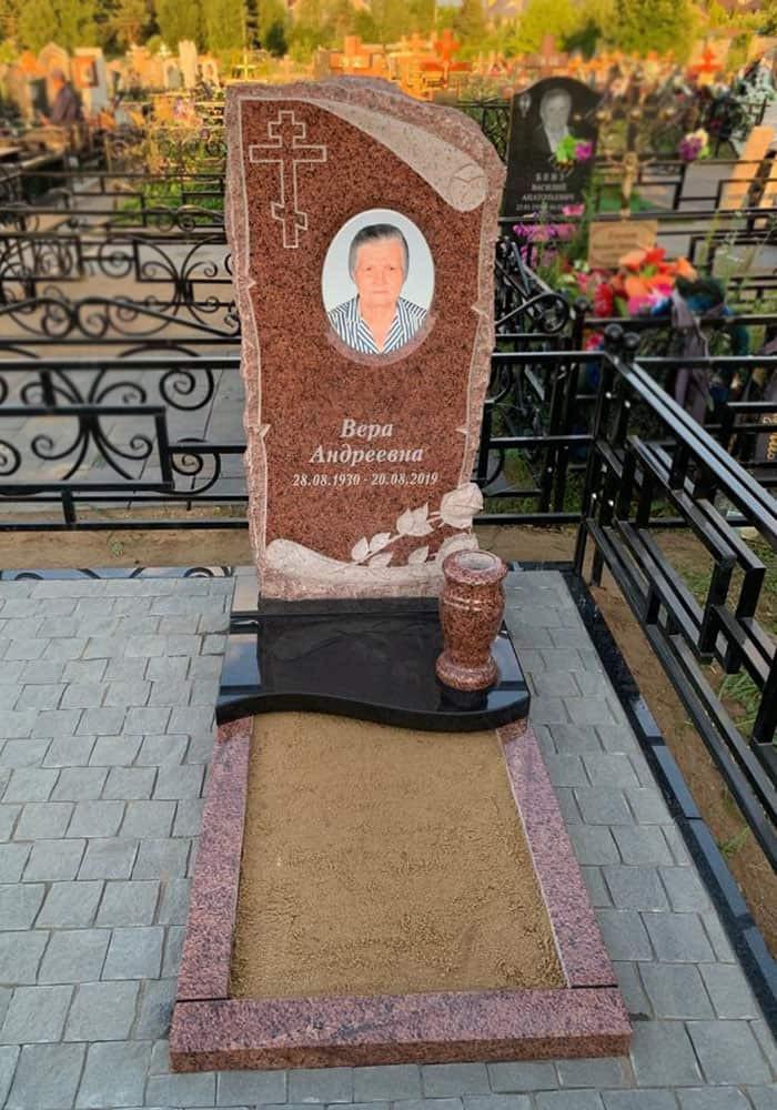 Памятник и цветник на могиле - Фото