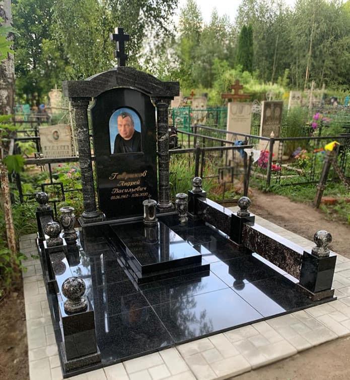 Мемориальный комплекс с черной гранитной плиткой