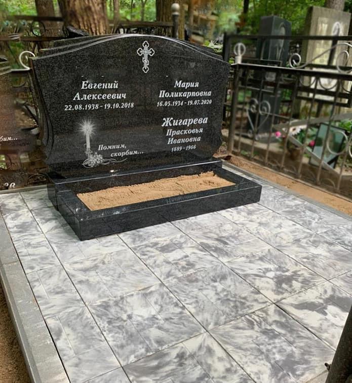 Памятник  с бетонной плиткой на могиле