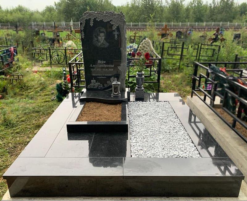 Памятник корка с резным дубом на могиле женщины