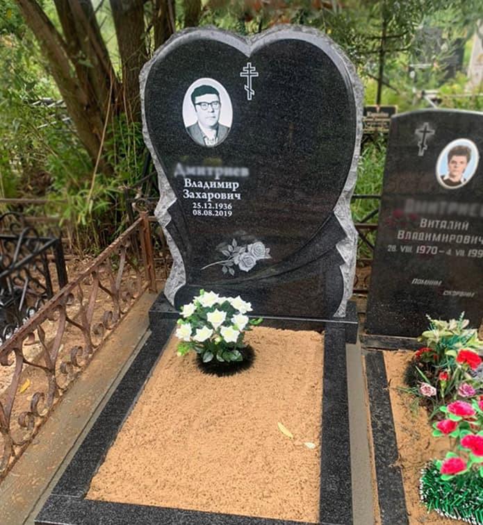 Фото памятника в форме сердца на могиле мужчины
