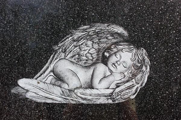 гравировка спящего Херувимчика на граните