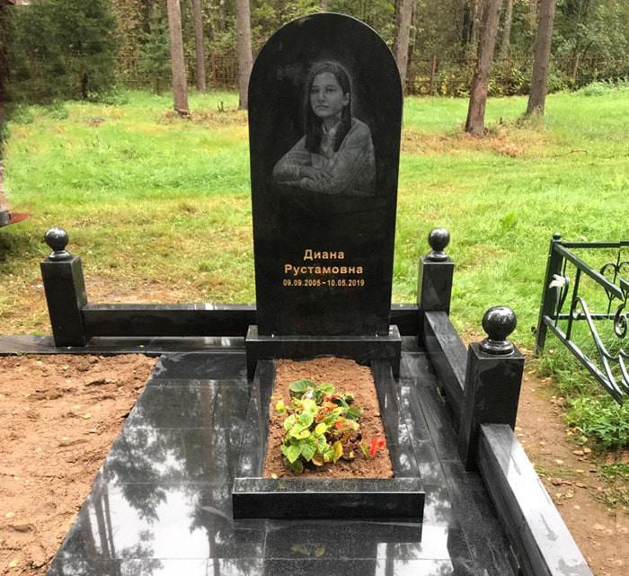Мемориальный комплекс на могиле девушки из черного гранита