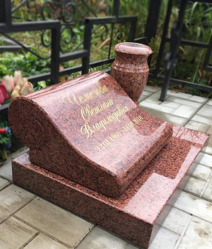 Небольшая надгробная плита в форме свитка
