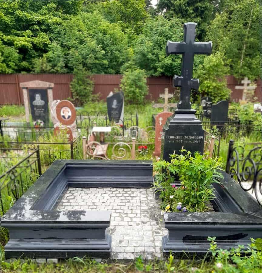 Крест гранитный на голгофе на кладбище в Макарово