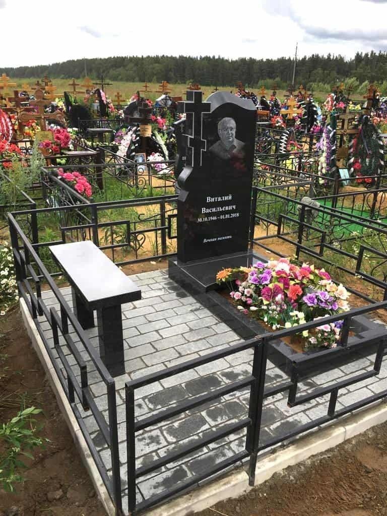 Памятник на могиле мужчине на кладбище