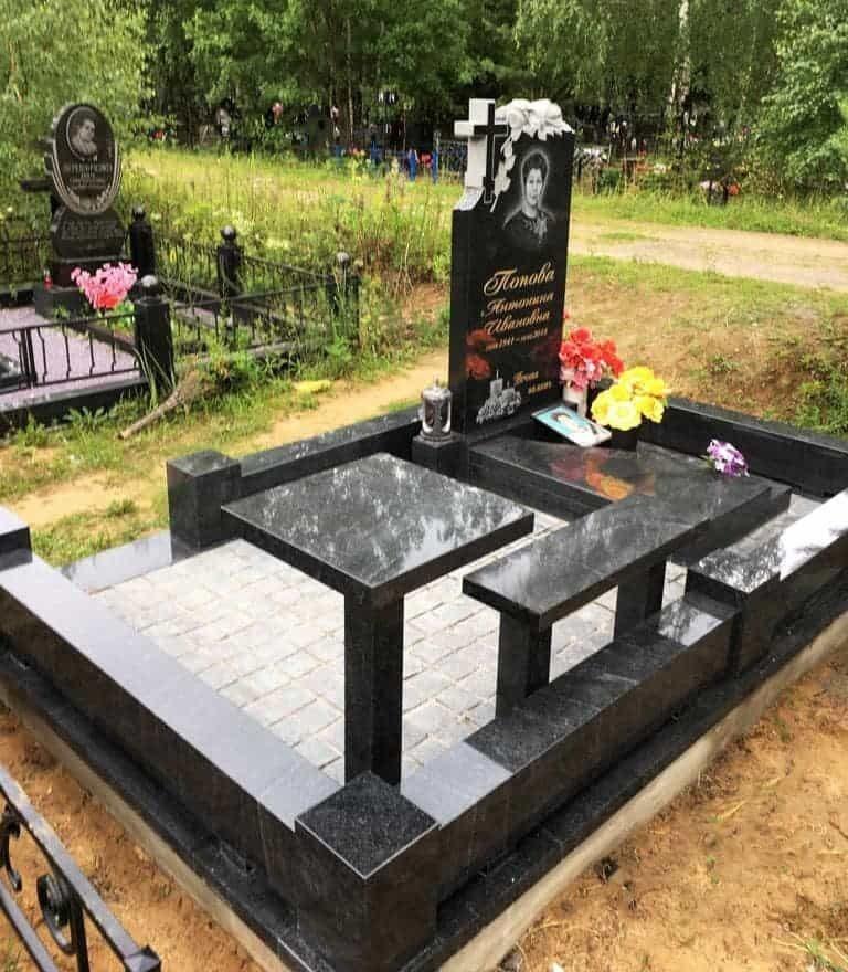Мемориальный комплекс из черного гранита на могиле женщине