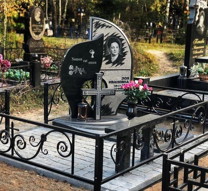 Мемориальный комплекс на могиле врача