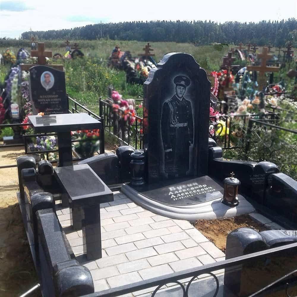 Мемориальный комплекс на могиле военного