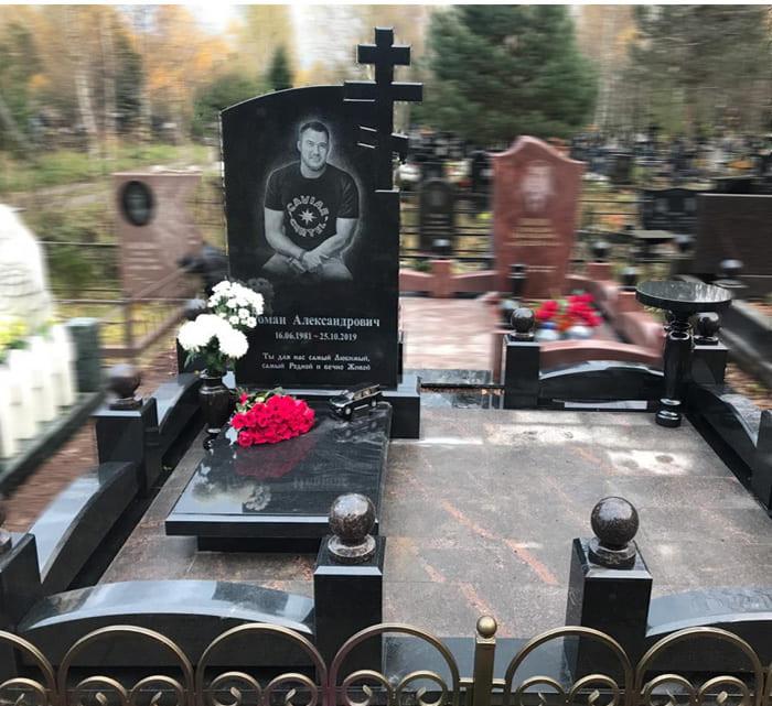 Фото мемориального комплекса на могиле молодого мужчины